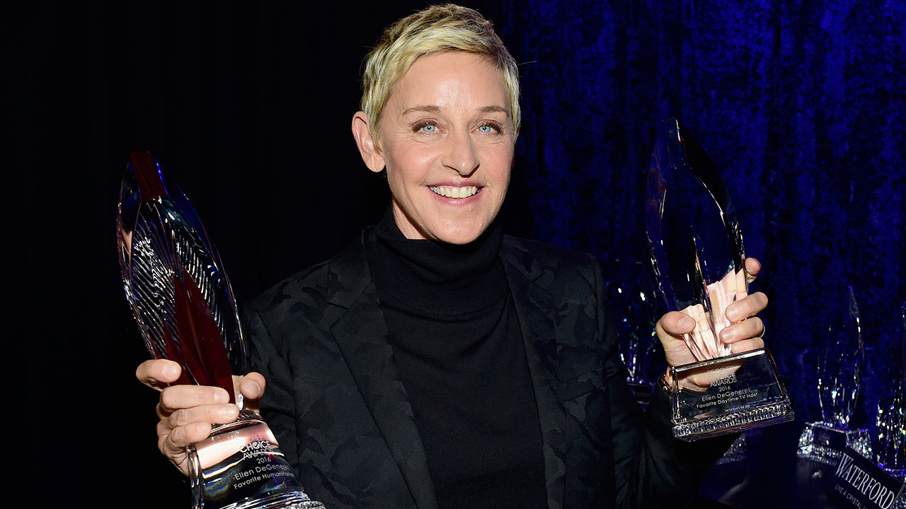 Ellen DeGeneres Gives Moving Acceptance Speech at People's Choice Awards -- Then Gives Us Shirtless Chris Hems