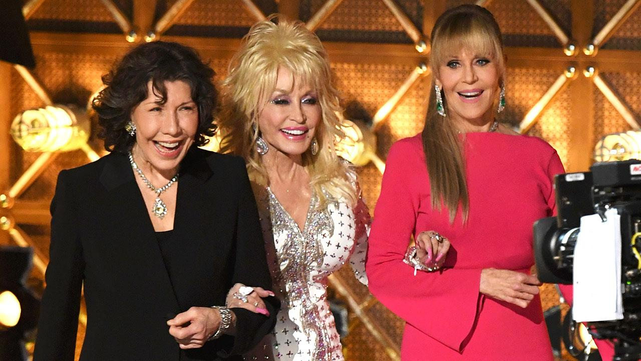 Emmys 2017 Dolly Parton Steals The Show During 9 To 5 Reunion With Jane Fonda And Lily Tomlin