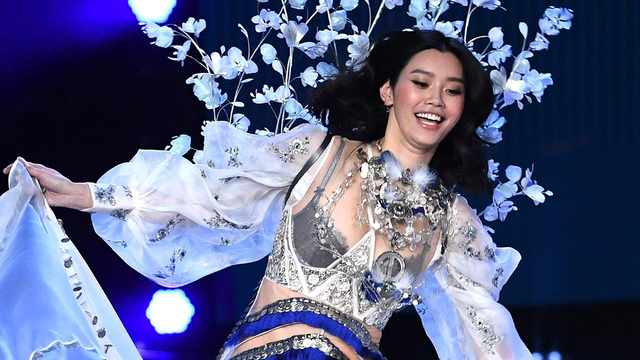Victoria S Secret Model Ming Xi Falls On Runway Angel Comes To Her Aid