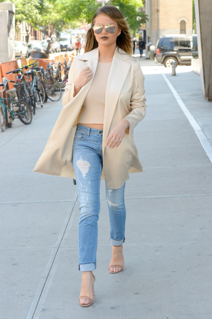 Looking stylish in summer beige, the supermodel mom takes a break from fighting with Piers Morgan on Twitter to enjoy a beautiful New York City day with a friend on June 7. Photo: AKM-GSI
