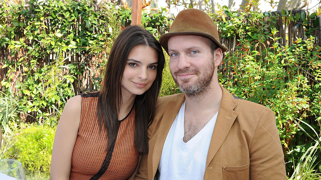 Emily ratajkowski packs on the pda with boyfriend jeff for Amanda family maison